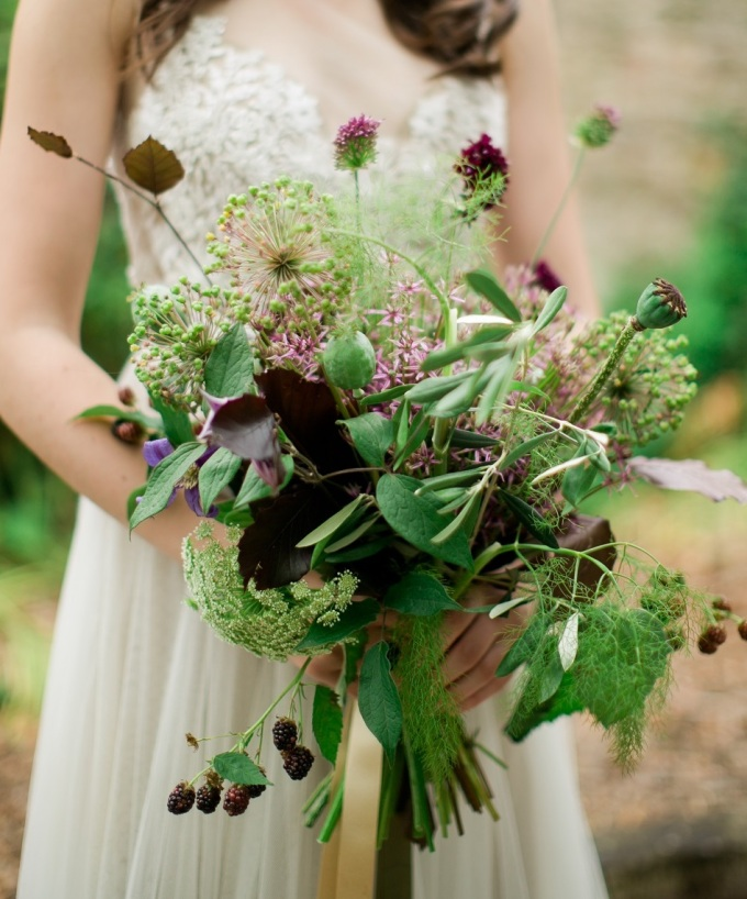 Autumnal bouquet in subtle sumptuous plummy-berry tones